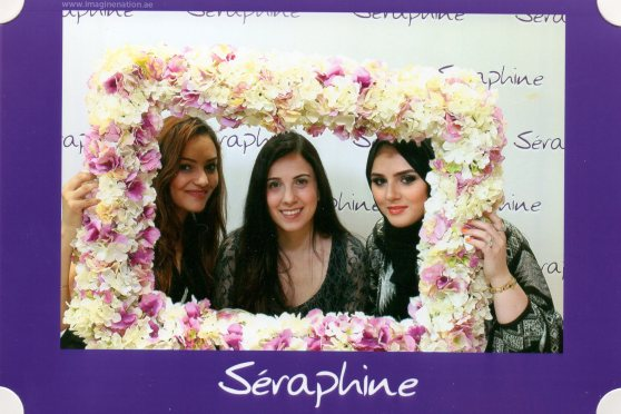 A Seraphine frame group photo with fellow bloggers in Dubai.